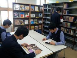 Research Center_대출한 원서를 읽으며 영어를 공부하는 모습
