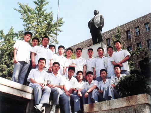 1993 동상 앞에서
